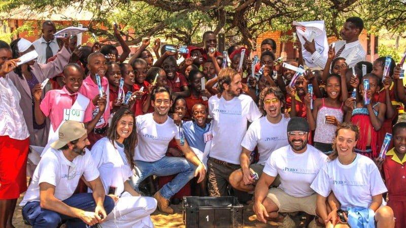 Dr.-Ortiz-Vigon-Smile-is-a-Foundation-PerioCentrum-2014-Donacion-cepillos-Ngamo-School-800x450