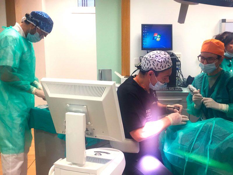 El Dr. Ortiz-Vigón en la cirugía en directo en el curso internacional de la EAO